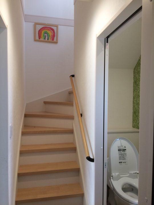 回り階段と階段下トイレ